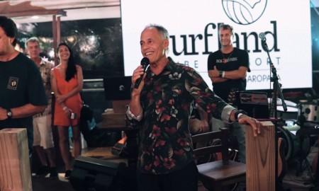 Ricardo Bocão entrega a premiação do Big Wave Brasil