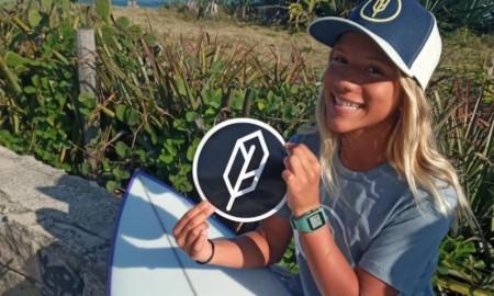 Jovem surfista segue com força total agora com patrocínio de uma empresa do surf