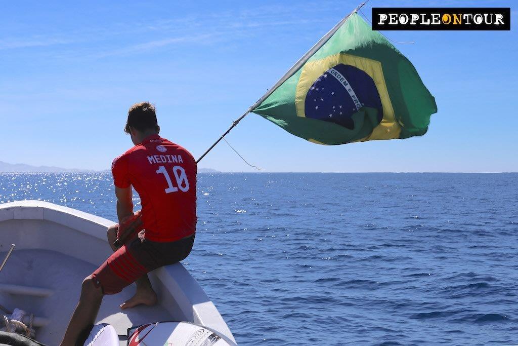 Gabriel Medina em Fiji, com a Bandeira do Brasil / Foto People on Tour