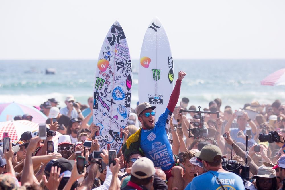 Filipe Toledo comemora a vitória na Califórnia / Foto Kirk Large