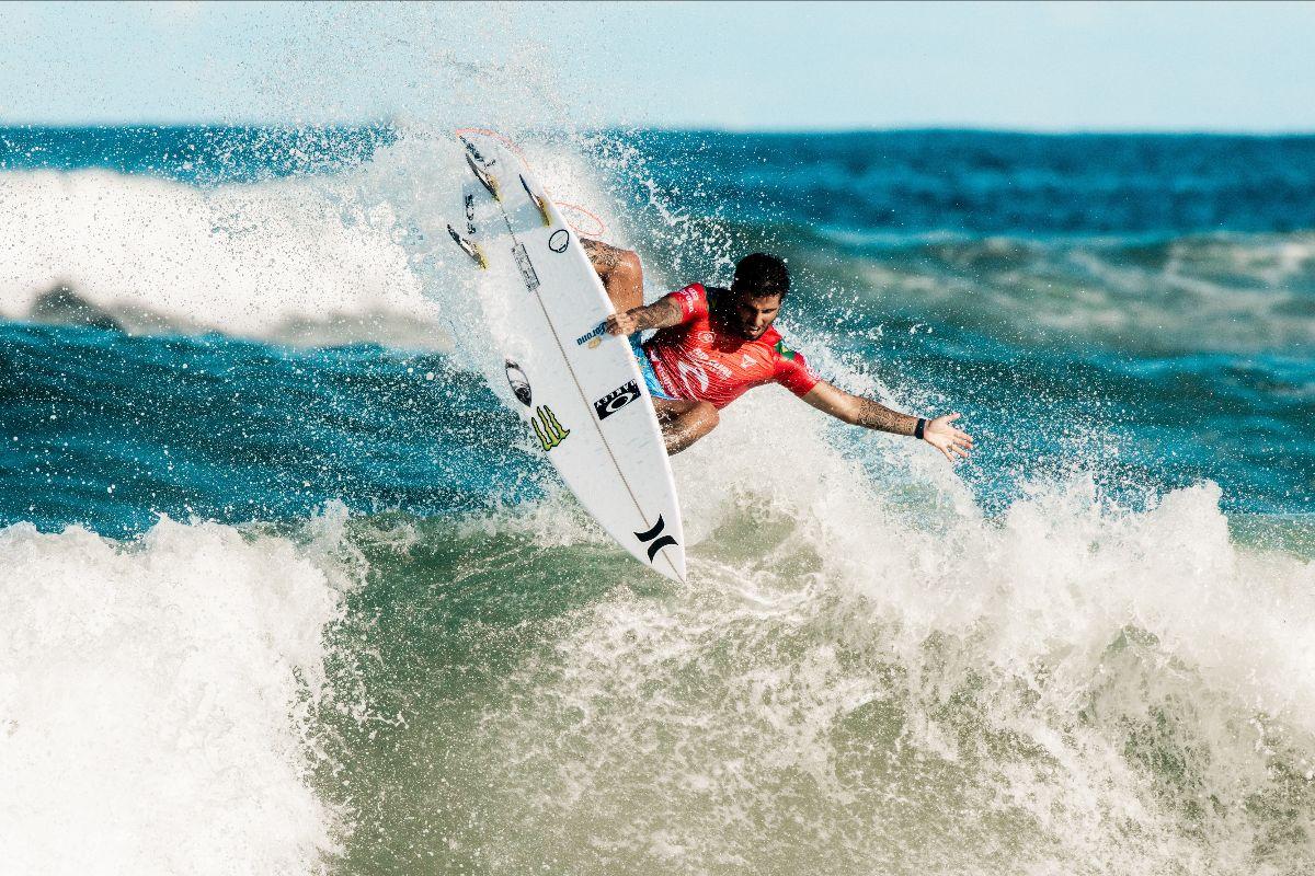 Filipe Toledo dando show em Newcastle / Foto Cait Miers