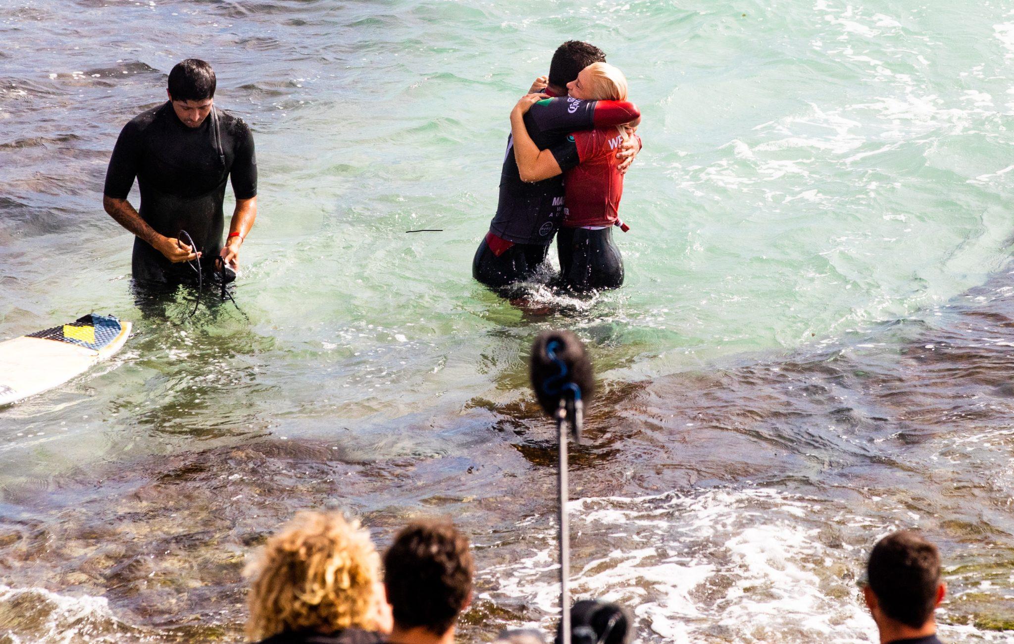 Filipe e Tatiana, os campeões se abraçam / Foto WSL