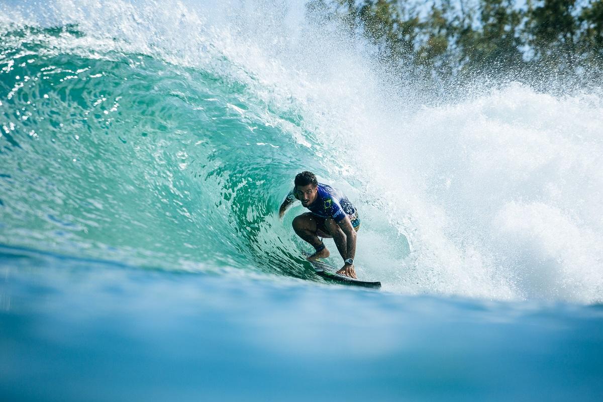Filipe Toledo entocado no tubo das direitas da Surf Ranch / Foto Kenny Morris
