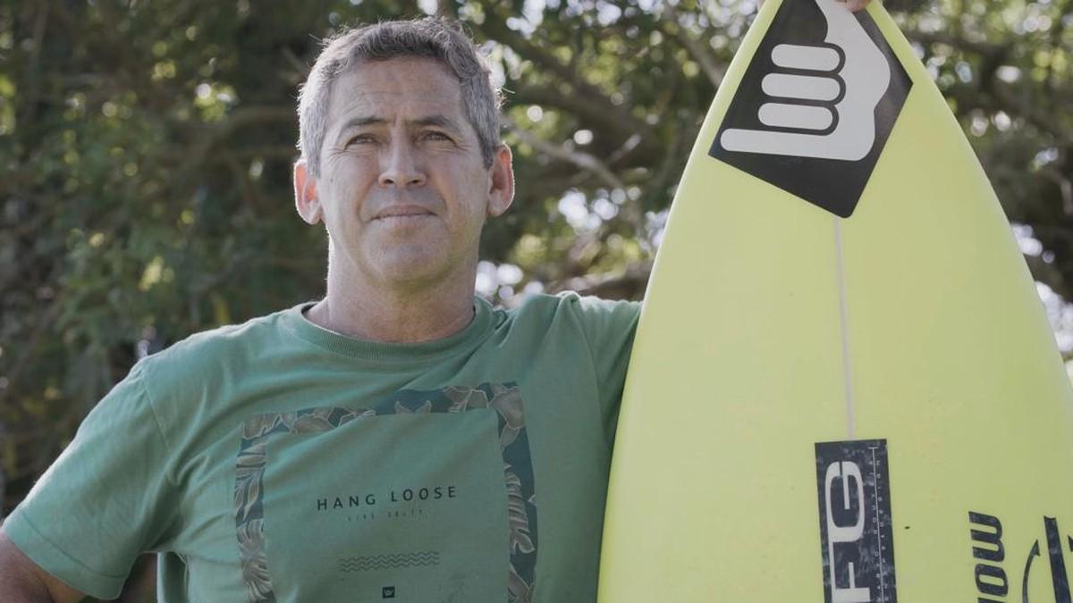 Fábio Gouveia e sua inseparável prancha de surfe Foto Fabiano Sperotto